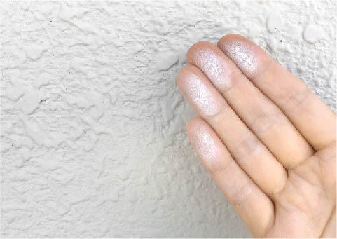 手でこすると白い粉がつく